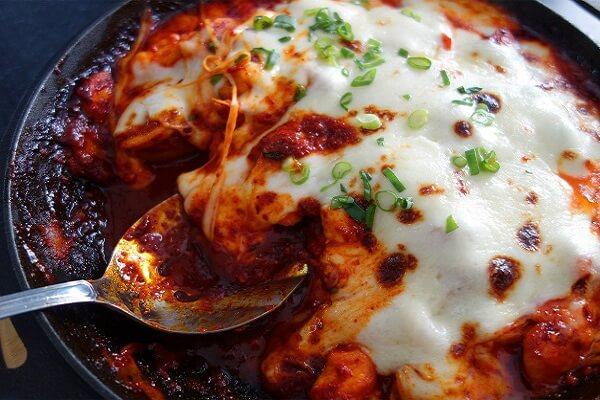 Gà nướng phô mai là món ăn có nguồn gốc từ Hàn Quốc