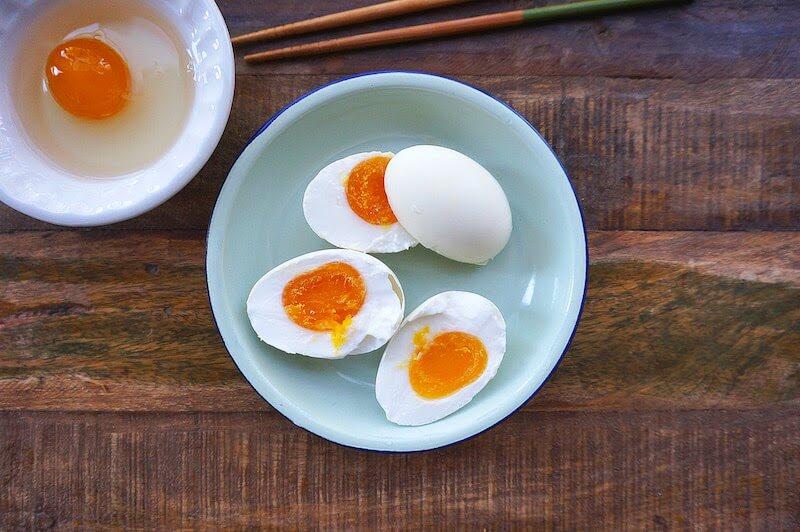 Hột vịt muối là một món ăn vô cùng quen thuộc với nhiều gia đình