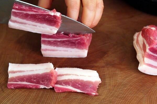 Thịt ba chỉ xắt thành từng miếng nhỏ