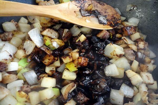 Cho rau đã thái hạt lựu vào xào cùng thịt