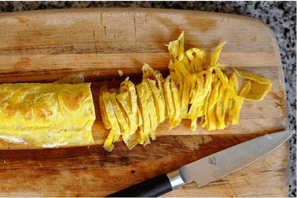 Trứng chiên cắt thành sợi mỏng cũng là một nguyên liệu cho món ăn