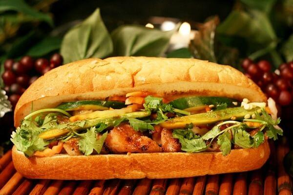 Bánh mì là một món ăn vô cùng phổ biến và quen thuộc với người Việt Nam