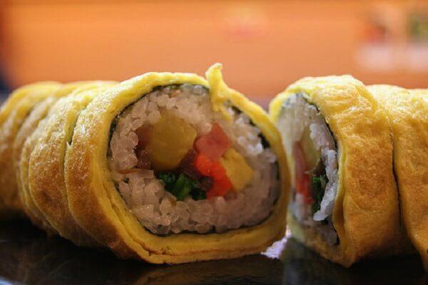 Dùng dao cắt Sushi trứng thành các miếng nhỏ