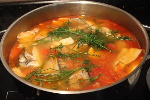 Cho phần đầu cá và xương cá vào ninh
