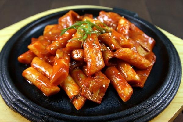 Trải nghiệm ẩm thực xứ kim chi với bánh gạo cay Hàn Quốc