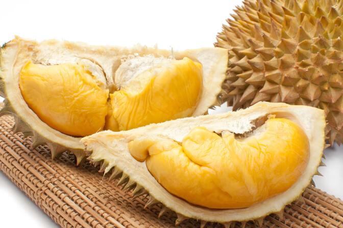 Vỏ sầu riêng hơi nâu vàng là quả chín cây