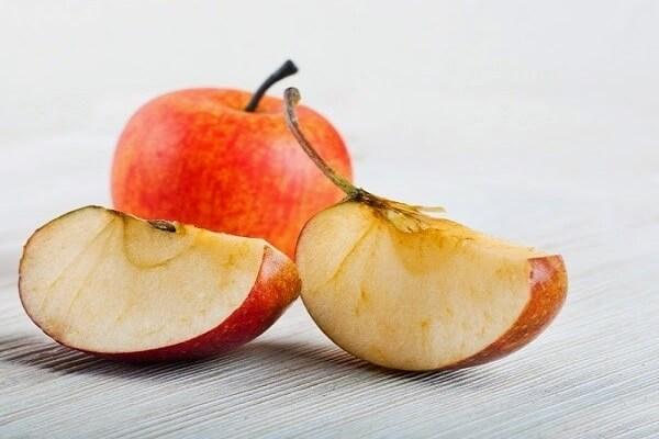 Ngâm táo, lê đã cắt vào một bát nước muối loãng