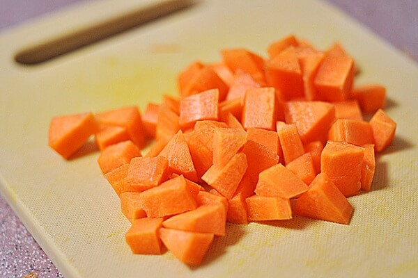 Trộn khoai tây, cà rốt, trứng, hành tây, dưa leo