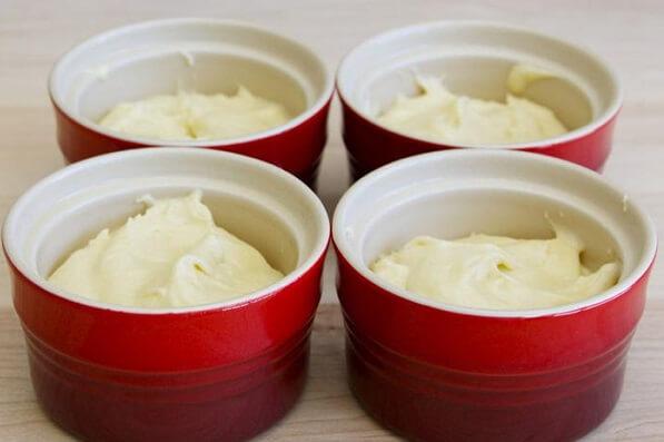 Cho hỗn hợp kem vào khuôn, cốc