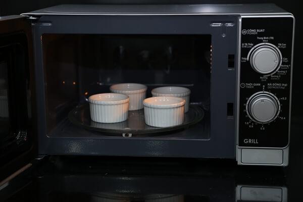 Cho bánh vào lò vi sóng quay công suất cao trong vòng 1 phút đến 1 phút 30 giây