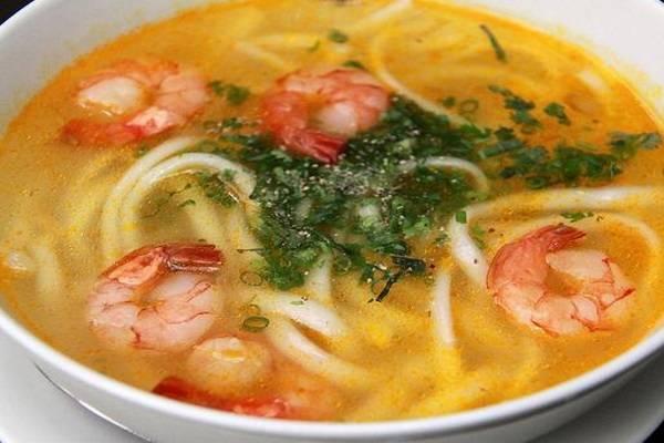 Bánh canh bột gạo nước cốt dừa là một món ăn quen thuộc của người dân sông nước