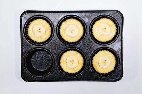 Cho từng chiếc vào khay muffin vào khuôn
