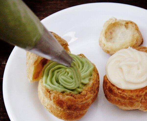 Xịt kem vào bên trong bánh từ trên xuống nhé.