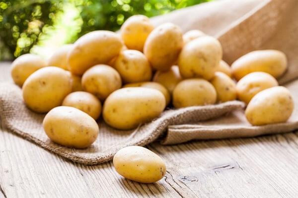 Chọn những củ khoai tây có màu vàng nhạt
