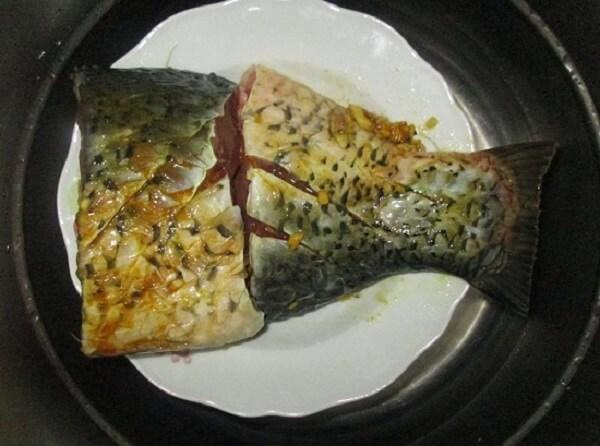 Ướp cá chép với các gia vị nguyên liệu