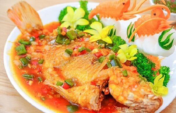 Trang trí món cá diêu hồng chiên xù sốt cà chua trên dĩa