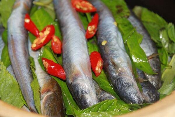Ướp cá kèo với đường, muối, tỏi, dầu hào