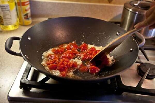 Dùng muôi to dầm để cà chua tan hết ra