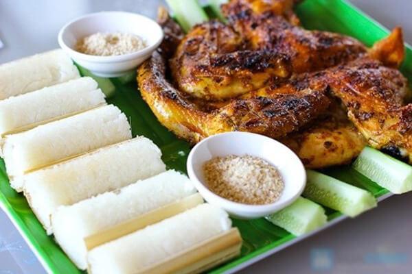 Cơm lam là một món ăn của núi rừng, cơm có màu xanh nhẹ được nướng trong ống tre