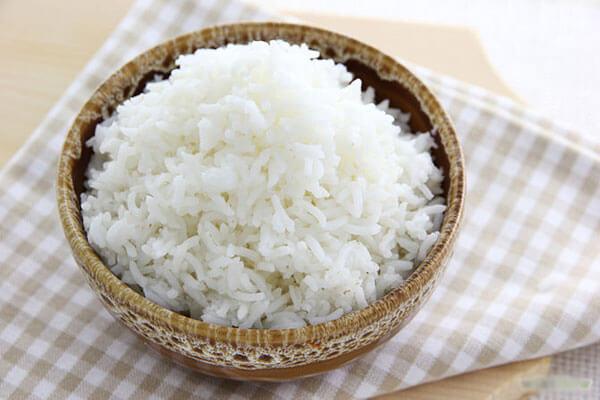 Bạn cho cơm trắng vào bát