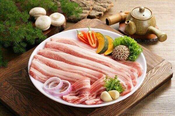Nhân bánh là thịt lợn có cả nạc và mỡ (thường là thịt ba chỉ)
