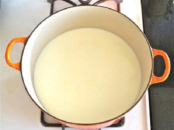 Cho sữa tươi vào nồi đun nóng