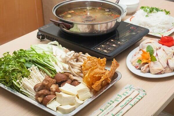 Lẩu gà nấu nấm là một trong những món lẩu được nhiều người yêu thích