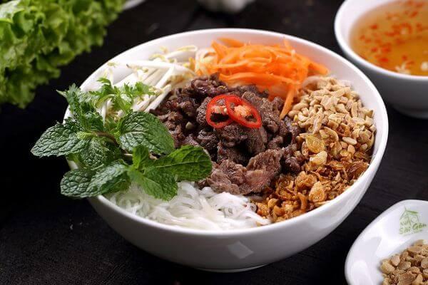 Bún bò Nam Bộ là một món bún trộn với rau, thịt bò