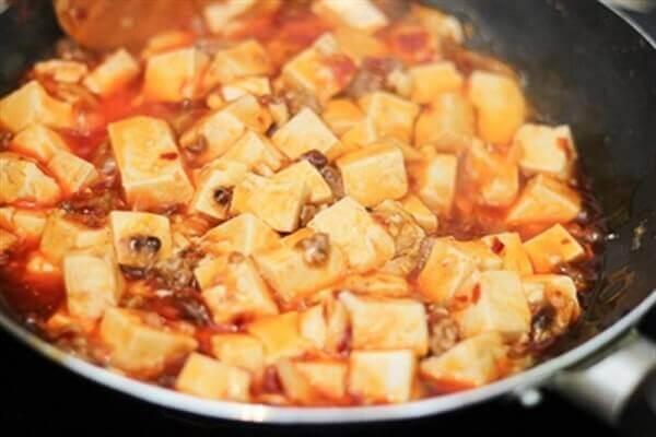 Xào khoảng 5-10 phút cho đậu ngấm gia vị