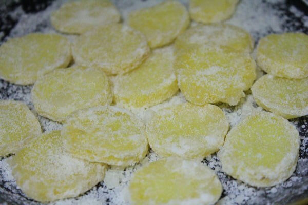 """Mứt khoai tây là một trong những món mứt """"đắt khách"""" trong ngày tết."""