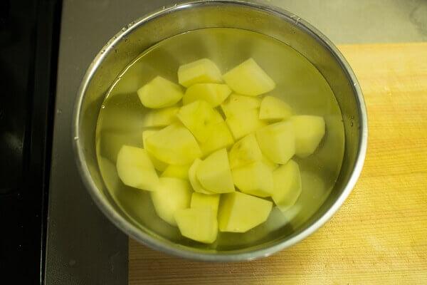 Ngâm ngay những miếng khoai vào nước muối pha loãng