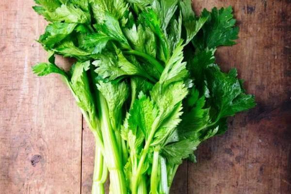 Giới thiệu bạn 2 món rau cần xào đơn giản ngon cơm gia đình chỉ 15p