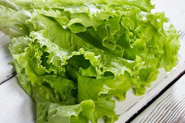 Bạn cũng có thể cuốn bằng các loại rau như xà lách