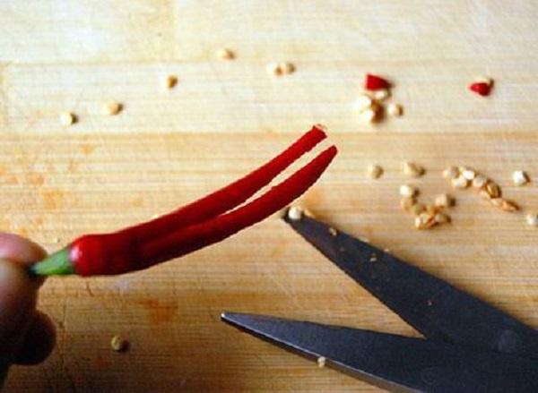 Ớt tươi, các bạn rửa sạch, cắt đôi để loại bỏ hạt ớt ra