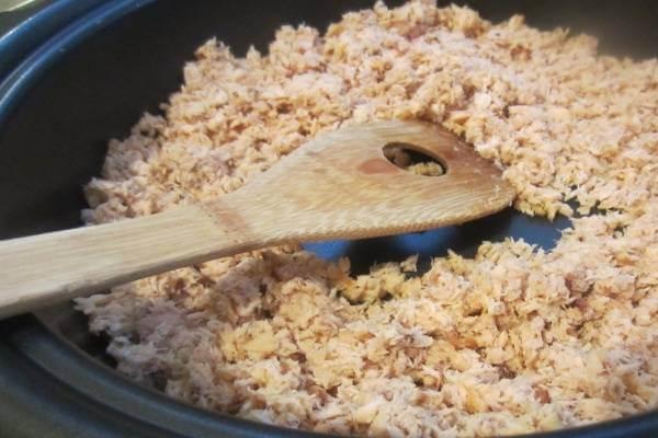 Khi thịt cá chín rồi, bạn dùng thìa to chà nhuyễn cá thật đều
