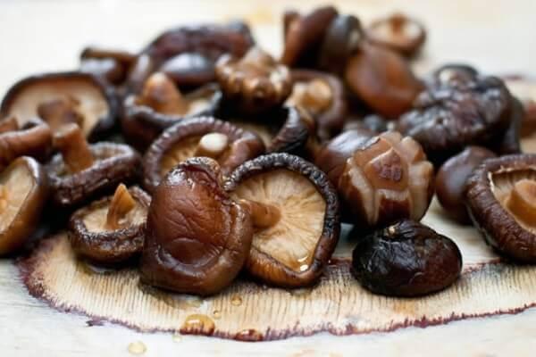 Ruốc nấm hương có thể ăn với cơm trắng, xôi, cháo hay bánh mỳ đều rất hợp