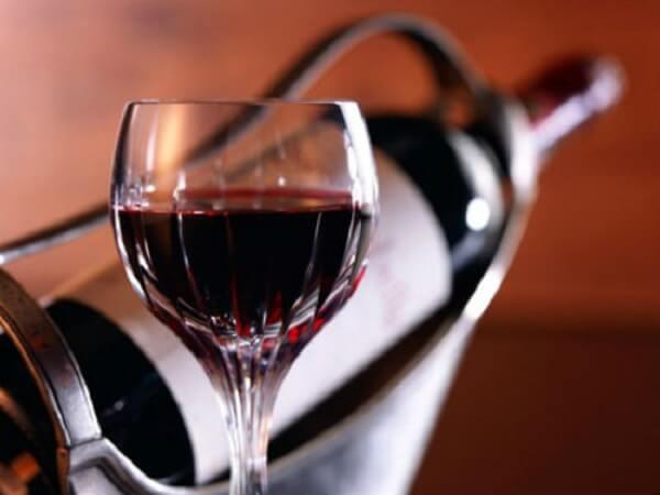 Rượu làm bằng nho đen, hay tím thẩm, cho ra rượu màu tím rất đẹp
