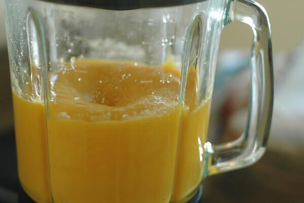 Đổ thêm khoảng 30 ml sữa chua vào sau đó đem xay nhuyễn