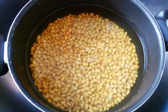 Ngâm đậu nành khoảng 8 tiếng cho hạt đậu nở đều