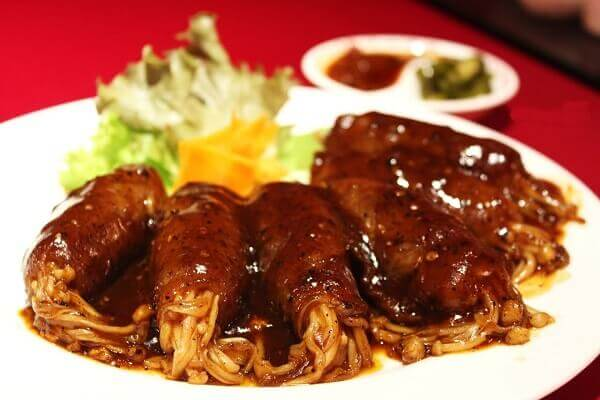 Món bò cuộn nấm kim châm luôn được ưa chuộng