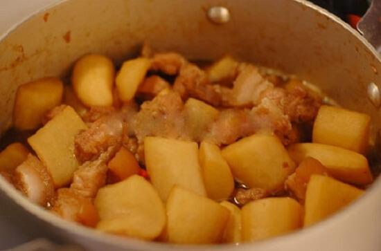 Khi thịt sôi thì cho nhỏ lửa, đậy kín nắp, đun khoảng 20 phút