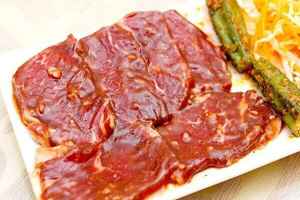 Cho thịt và sốt vào 1 bao nylon thực phẩm lớn, ướp trong 24 giờ