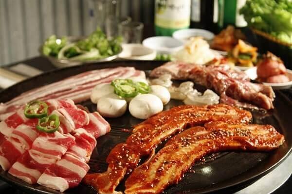 Khi ăn món này bạn cuộn thịt bằng xà lách với salad và kimchi sẽ rất là tuyệt