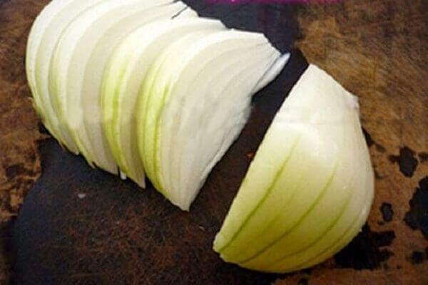 Hành tây cắt thành miếng vừa ăn