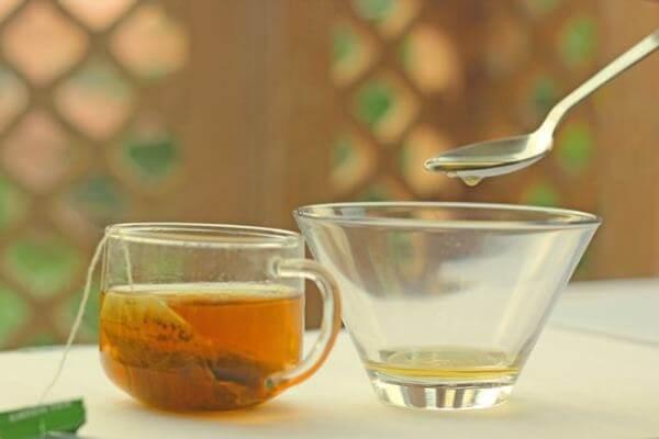 Lúc này nước trà đã có màu nâu, bạn cho đường cát trắng vào