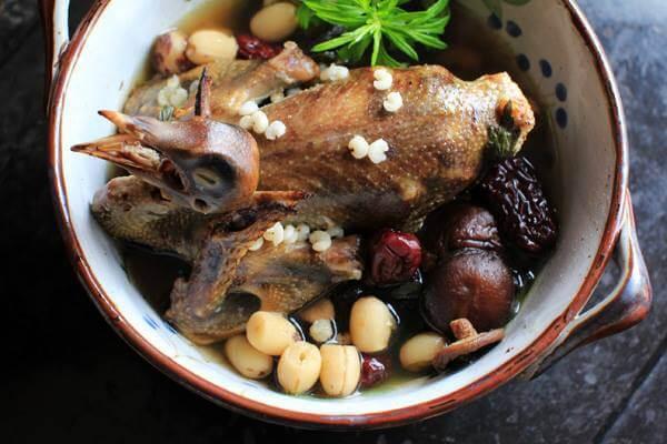 Chim bồ câu hầm hạt sen là một trong những món ăn ngon và rất có lợi cho sức khỏe
