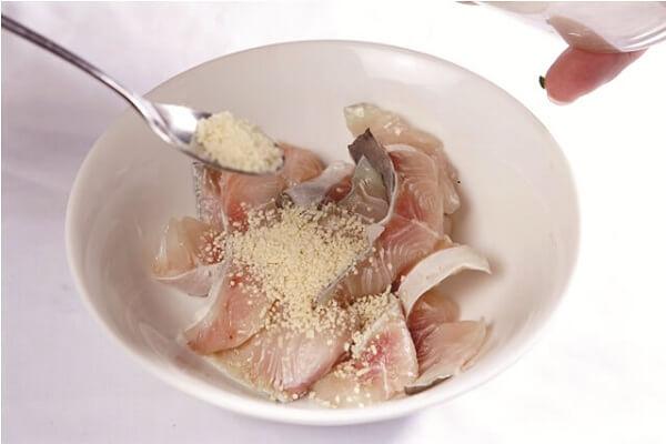 Ướp cá với chút tiêu, mắm, bột nêm vừa ăn