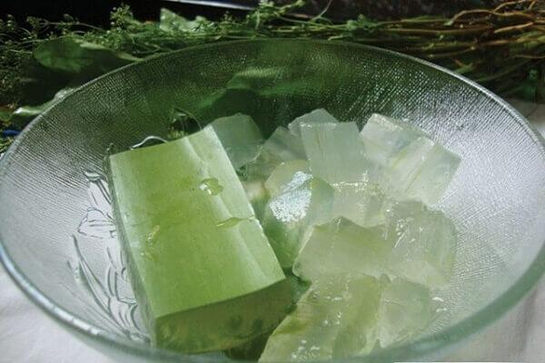 Sau đó đem ngâm nha đam vào nước lạnh, vắt thêm nửa trái chanh