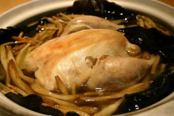 Bắc lên bếp một lít nước lọc và cho gà vào luộc
