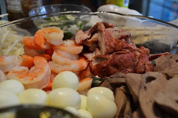 Thịt, gan luộc chín, cắt lát